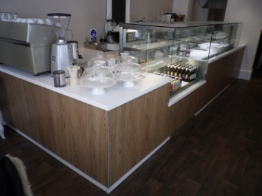 L shape display with chilled enclosed section and chilled open front section